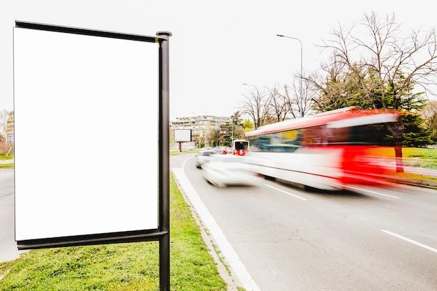 Reklametafel auf dem stadtstraßenrand