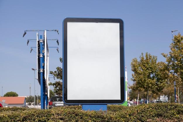 Reklametafel in der hecke