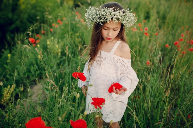 Relaxed kind eine mohnblume bewundern