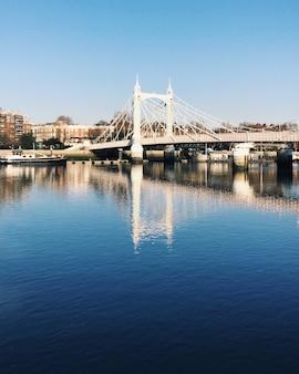 Relextion der albert bridge am fluss in der nähe des battersea park in london.