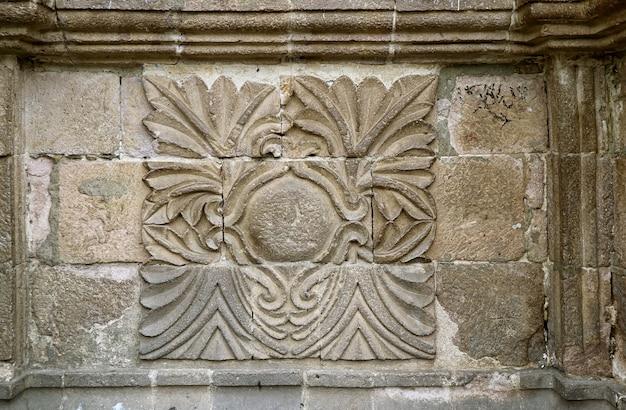 Relief an der fassade der basilika von san francisco eine historische barockkirche in la paz bolivienoli