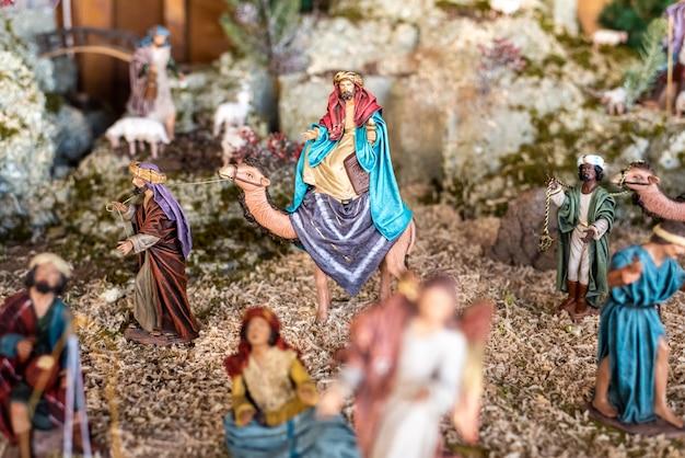 Religiöse figuren der krippe zu weihnachten.