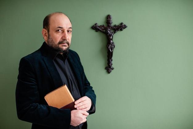 Religiöser mann, der ein heiliges buch hält