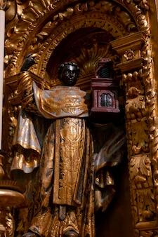 Religiöses christliches statuendetail über das innere der kirche von carmo, gelegen in faro, portugal.