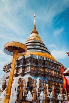 Religion in thailand. goldene pagode von buddha-platz für das beten. buddhismus. religiöses symbo
