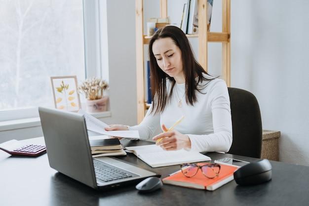 Remote accounting finance jobs online-buchhaltungslösung ehrliches porträt einer buchhalterin