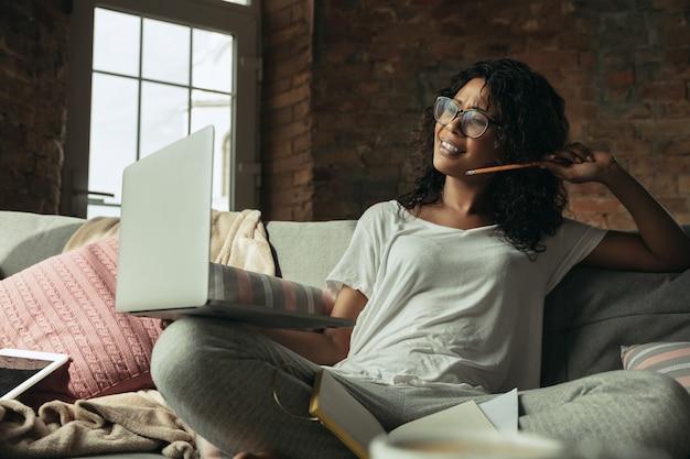 Remote-büro, zu hause arbeiten, freiberufliches konzept