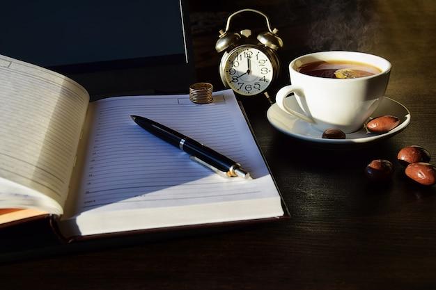 Remote online-arbeit, business-konzept laptop mit tagebuch und eine tasse tee.