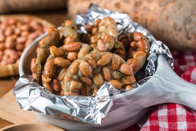 Rempeyek ist ein frittierter cracker-snack mit erdnüssen