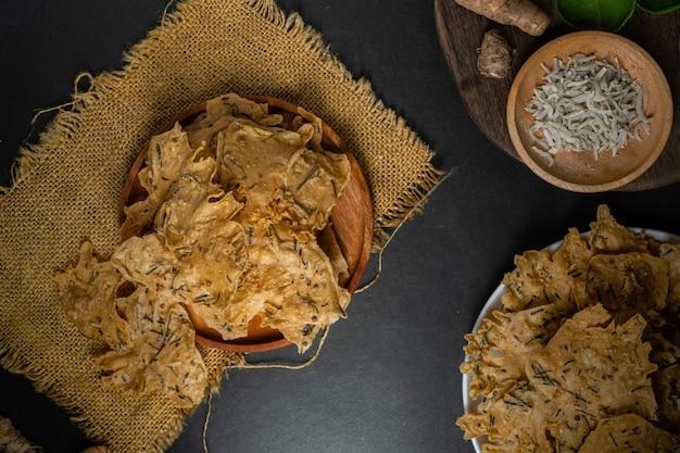 Rempeyek oder peyek ikan teri ein frittierter herzhafter indonesisch-javanischer cracker