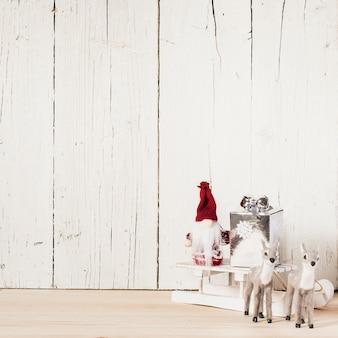 Ren und weihnachtsmann mit weihnachtsgeschenken