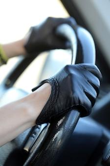 Rennfahrer in lederhandschuhen