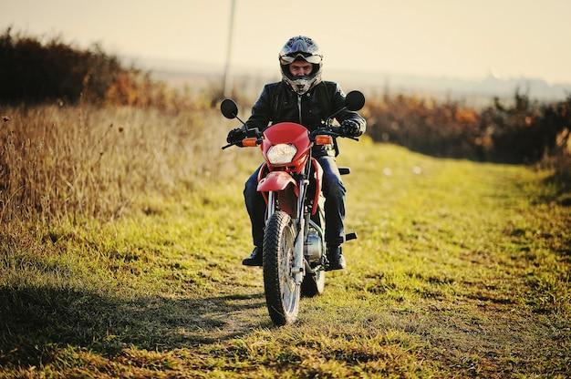 Rennfahrer sitzt auf seinem motorrad