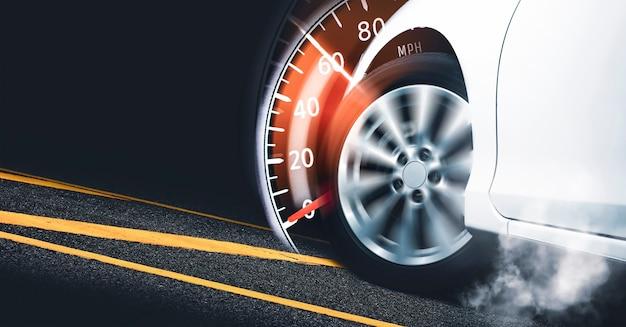 Rennwagenstart auf der strecke und brennende reifentachometeranzeige, die auf 60 mph fegt