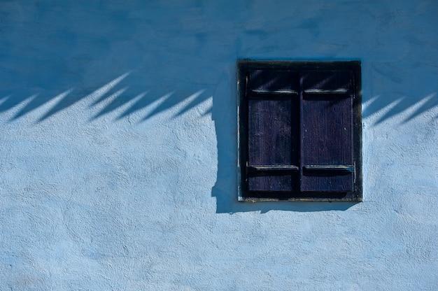 Renoviertes haus. klassisch renoviertes haus mit jalousiefenstern.