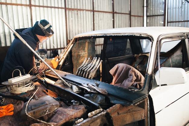 Renovierung altes beschädigtes auto durch handwerker