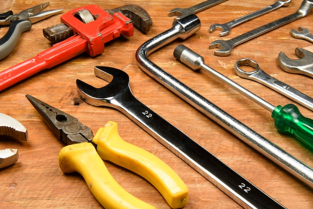 Renovierung verschiedener werkzeuge aus grunge-holz, die vom arbeiter verwendet werden