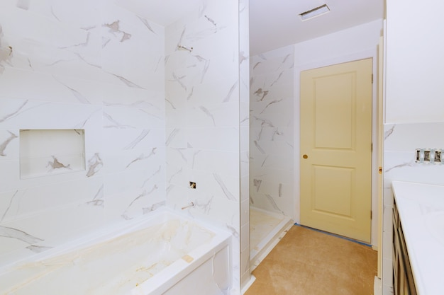 Renovierungsbau verlegung boden- und wandfliesen unvollendete rekonstruktion des badezimmers