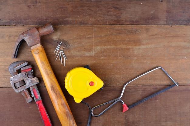 Renovierungswerkzeug auf holzhintergrund