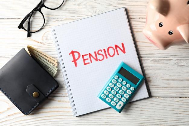 Rentenkonzept mit aufschrift pension auf holz, draufsicht