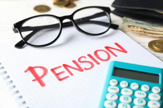 Rentenkonzept mit aufschrift pension auf holz, nahaufnahme