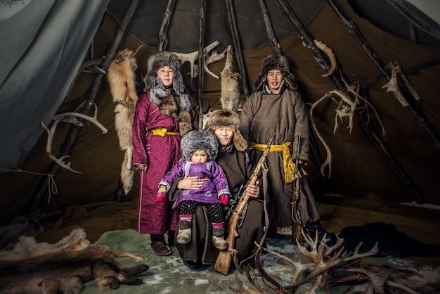 Rentier-hirten-camp im hintergrund in der nähe der russischen grenze in der taiga, mongolei
