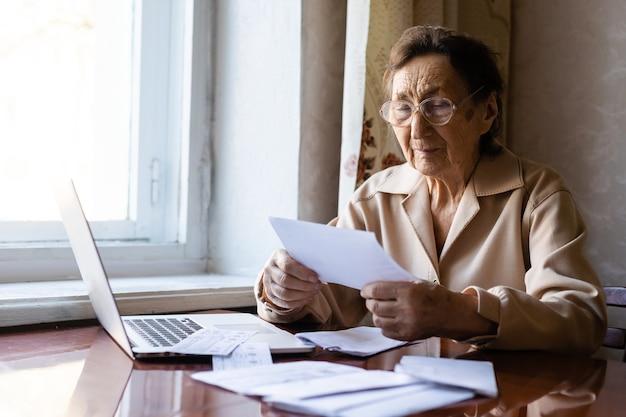 Rentner hat unzählige zeitungen gelesen und ist sehr konzentriert