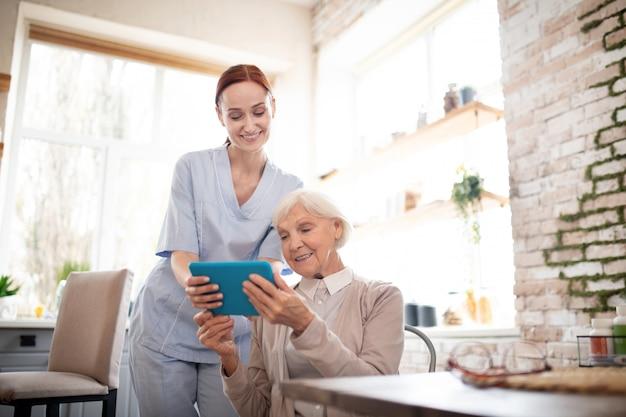 Rentner lächelnd nach video-chat mit enkelkindern