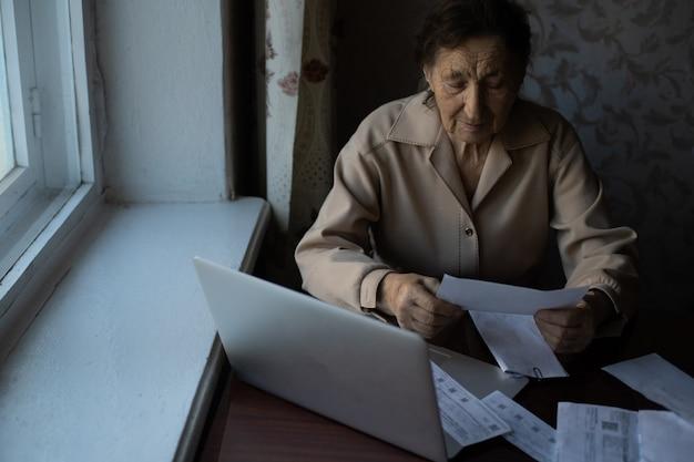 Rentnerin, die ihre haushaltsrechnungen berechnet