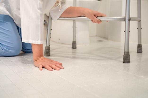 Rentnerin fiel in eine toilette