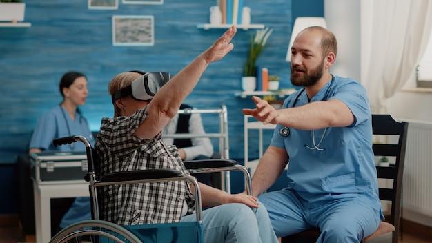 Rentnerin mit vr-brille und krankenschwester