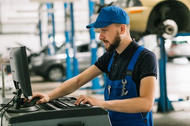 Reparateure, die computer an der werkstatt verwenden