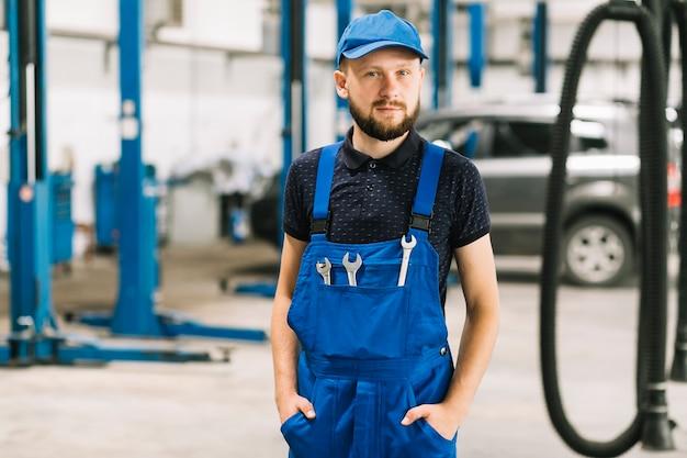 Reparateure mit den schlüsseln, die an der werkstatt stehen