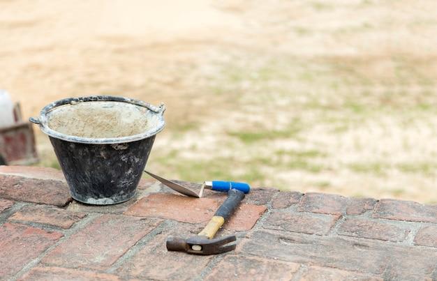Reparatur alter architektur mit zementhammer und plattenwerkzeug