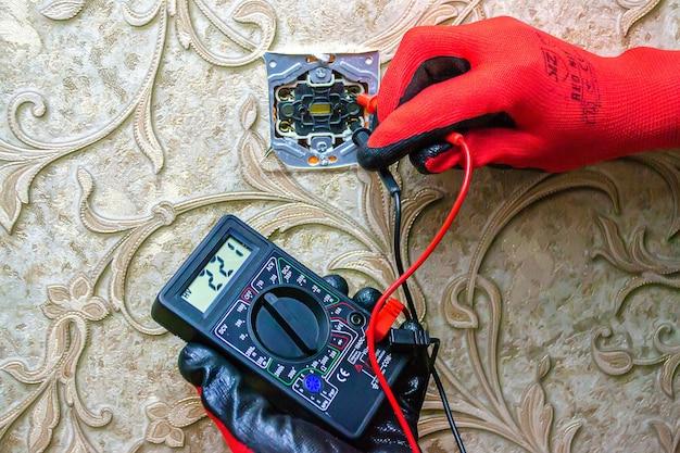 Reparatur der steckdose, steckdose. werkzeuge, spannungsmessgeräte. selektiver fokus.
