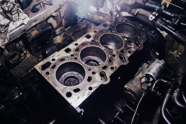 Reparatur des kopfes des motorblocks eines reihendieselmotors, der den brennraum öffnet