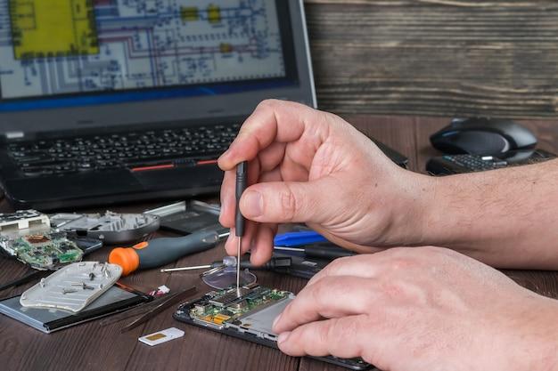 Reparatur eines defekten mobiltelefons. smartphone-teile und tools zur wiederherstellung, selektiver fokus