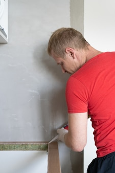 Reparatur und dekoration. der meister stellt die spüle in die küche