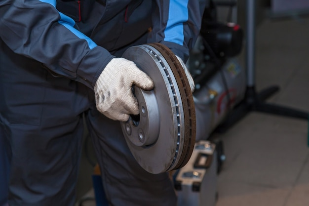 Reparatur von bremsbelägen am auto. bremsenreparatur