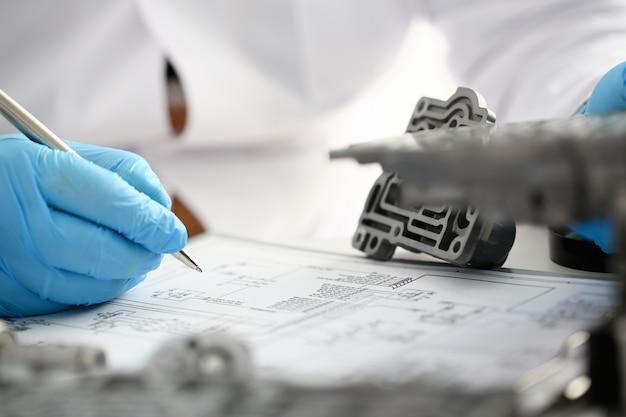 Reparaturarbeiter der tankstelle zur reparatur