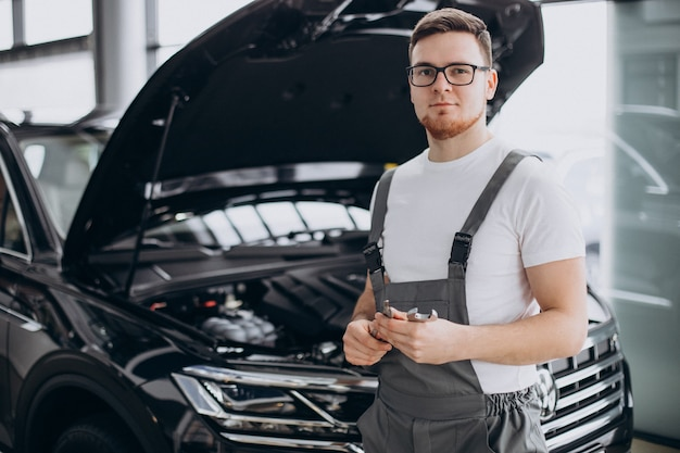 Reparaturmann macht autoservice