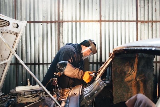 Reparaturservice altes beschädigtes auto