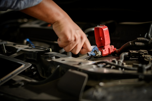 Reparaturservice-auto automechaniker, der im garagenauto arbeitet