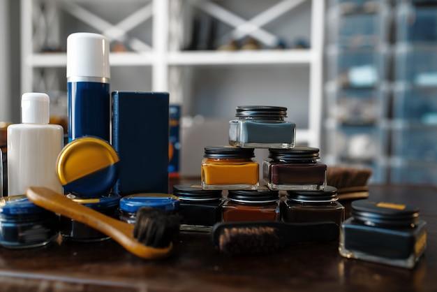 Reparaturservice für schuhpflegeprodukte, politur, wachs und cremes.