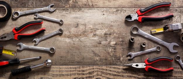 Reparaturwerkzeug für bauwerkzeuge auf holztisch, kopierraum