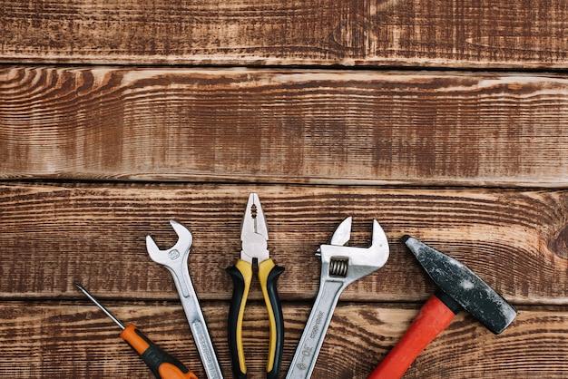 Reparaturwerkzeuge, flachgelegt. hammer, zange, schraubenschlüssel, schraubendreher.