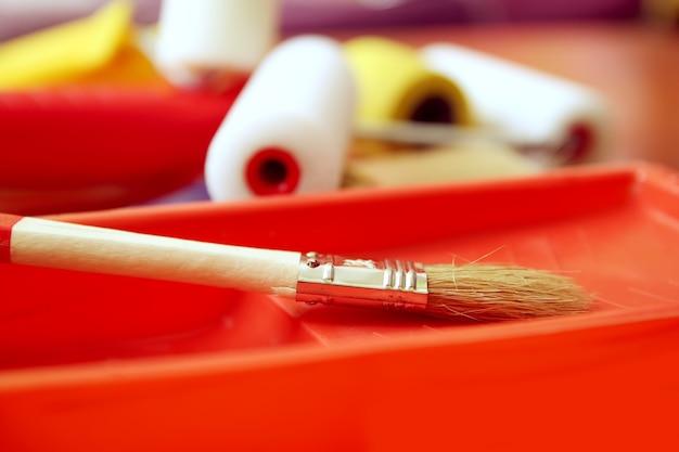 Reparaturwerkzeuge für zu hause. schaumstoffrollen für die wandfärbung in kunststoffbehältern aus nächster nähe.