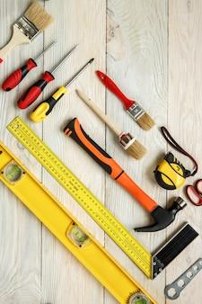 Reparaturwerkzeuge objekte auf holzoberfläche isoliert