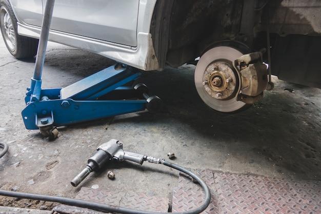 Reparieren eines rades des autos
