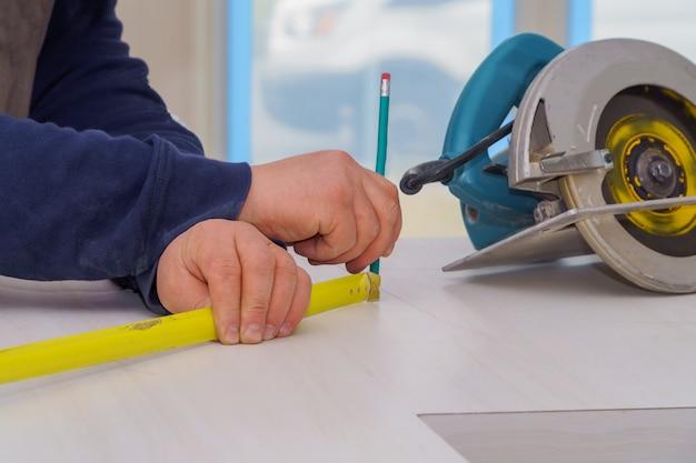 Reparieren sie den mann, der sfor geschnittenes omething in einer küche misst